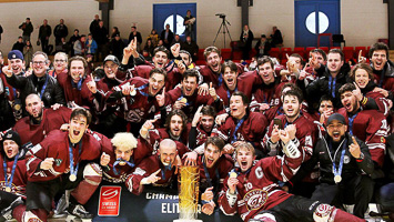 Die Mannschaft Genève Futur Hockey gewinnt den Pokal Junioren Elite A in Scuol (Foto: Swiss Ice Hockey).