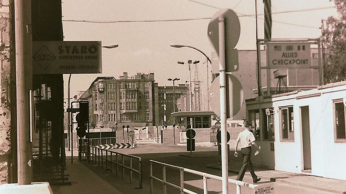 Checkpoint Charlie, West-Berlin 1985. Foto: Jon Duschletta